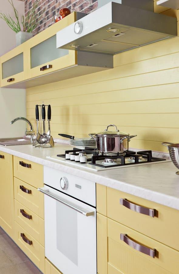 Illuminazione bianca o gialla interno moderno della cucina for Nerbi arredamento