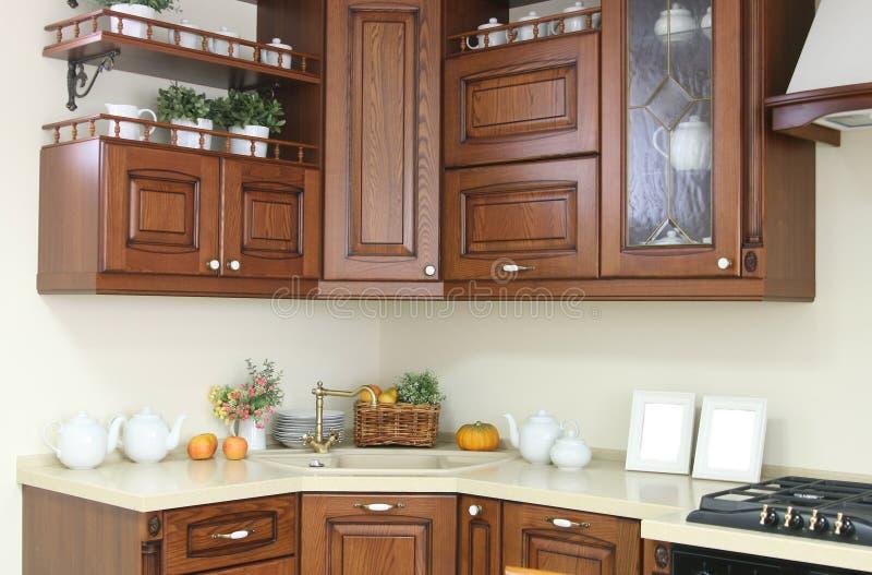 Interno moderno della cucina con la decorazione bianca e marrone immagine stock immagine di - Cucina bianca e marrone ...