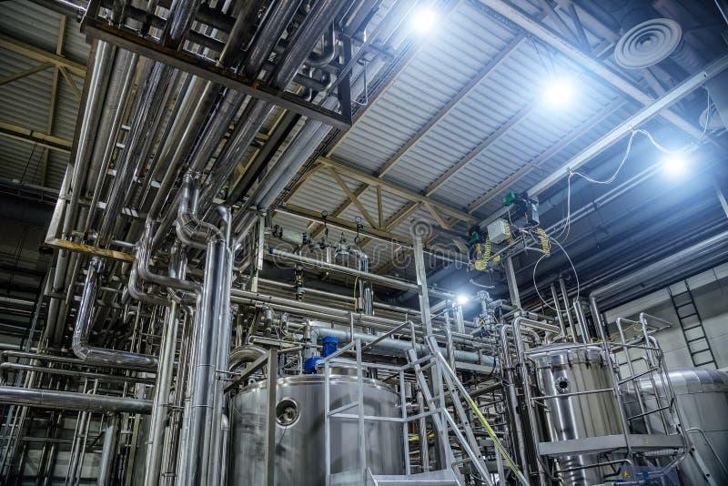 Interno moderno della fabbrica di birra Tini, conduttura, valvole ed altre attrezzature della linea di produzione della birra fotografia stock