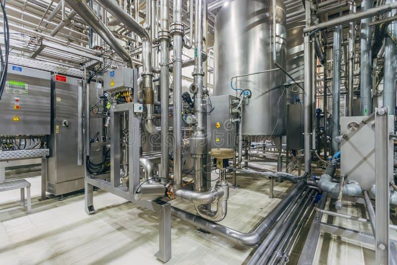 Interno moderno della fabbrica di birra Tini di filtrazione, conduttura, valvole ed altre attrezzature della linea di produzione  fotografia stock libera da diritti