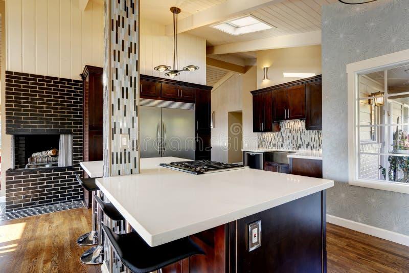 Interno moderno della stanza della cucina con il camino for Cucina con camino