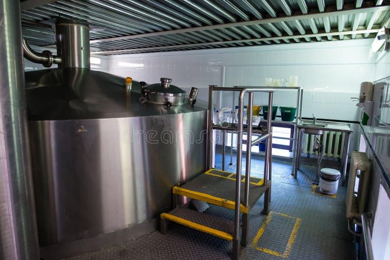 Interno moderno di una fabbrica di birra fotografia stock