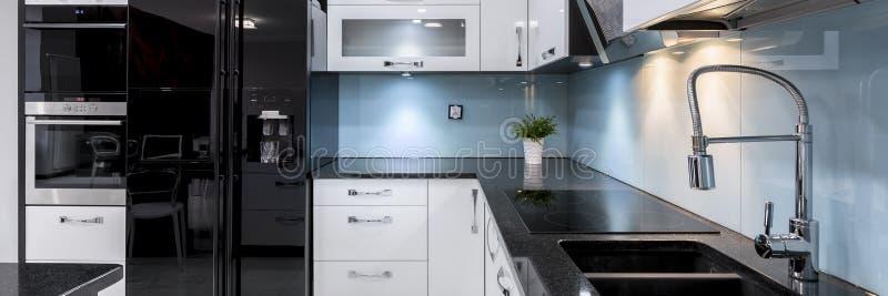 Interno moderno ed elegante della cucina, panorama fotografie stock