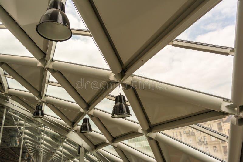 Interno moderno futuristico dell'edificio per uffici in città urbana La costruzione è chiamata la balena fotografia stock libera da diritti
