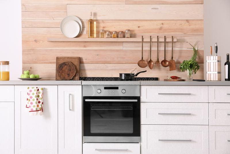 Interno moderno leggero della cucina fotografie stock libere da diritti