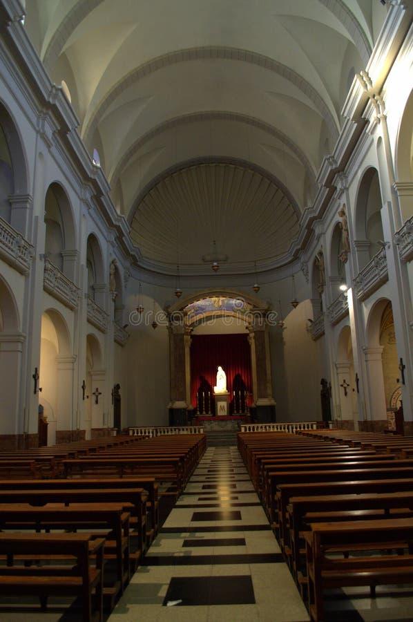Interno modesto della chiesa cattolica immagine stock libera da diritti