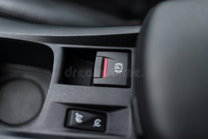 Interno nero di un'automobile moderna, commutatore sul freno di stazionamento elettricamente assistito, freno a mano fotografia stock
