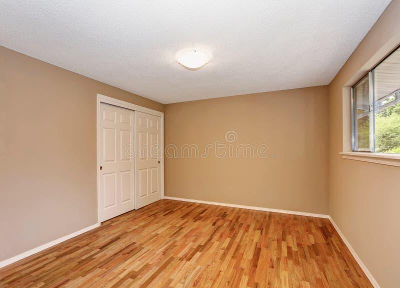 Interno non ammobiliato vuoto della camera da letto con costruito in gabinetto fotografia stock