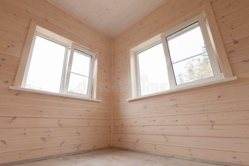 Interno, pareti e finestre di legno della casa fotografia stock libera da diritti