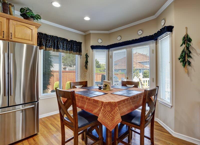 Interno piacevole della sala da pranzo con la tovaglia marrone fotografie stock libere da diritti