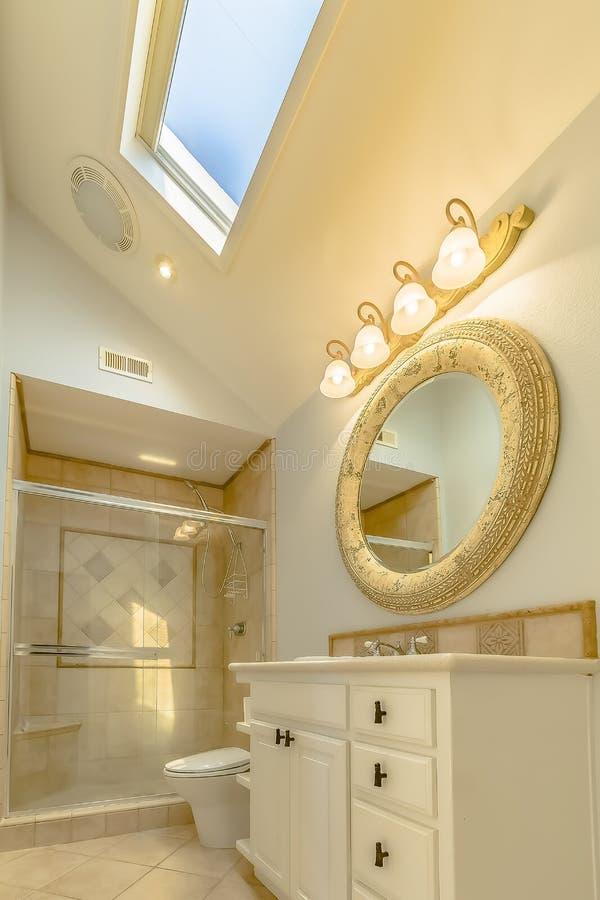 Interno piastrellato del bagno con il gabinetto e la toilette rotondi dello specchio della stalla di doccia fotografie stock libere da diritti