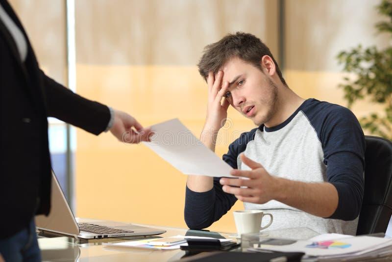 Interno que recebe uma notificação da demissão foto de stock