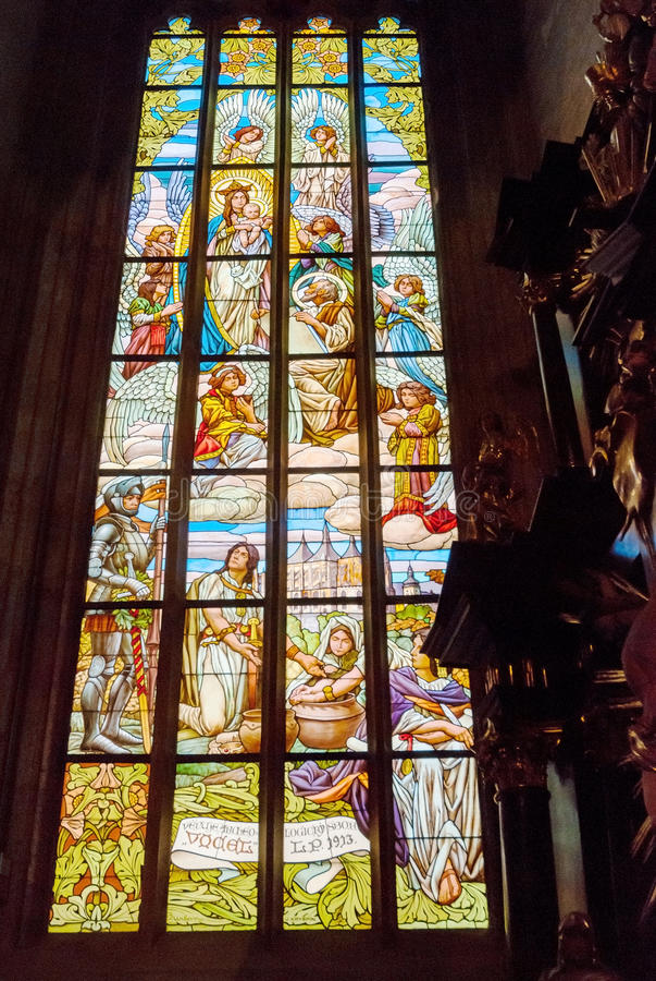 Interno religioso di vetro macchiato della finestra della cattedrale variopinta della chiesa fotografie stock