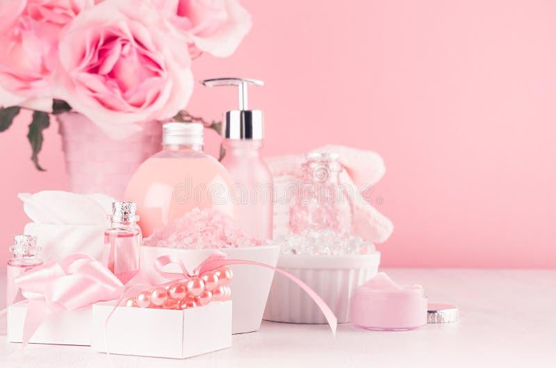 Interno romantico del bagno nel colore rosa e d'argento pastello - fiori, accessori del bagno, perle, regalo, prodotti cosmetici  immagine stock libera da diritti