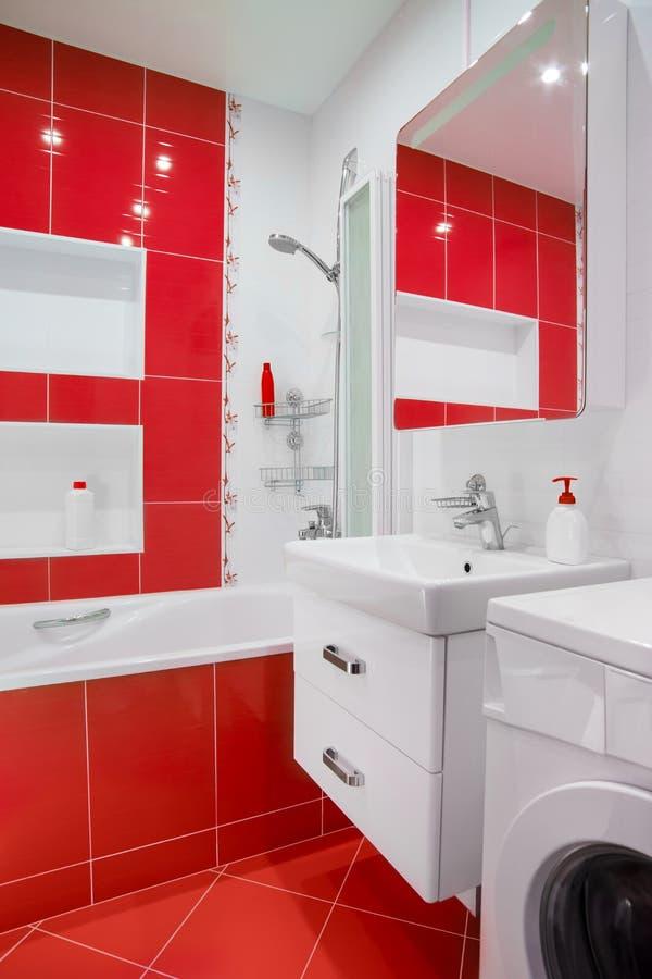 Interno rosso moderno del bagno con lo specchio e lo showe immagine stock immagine di casa - Bagno moderno rosso ...