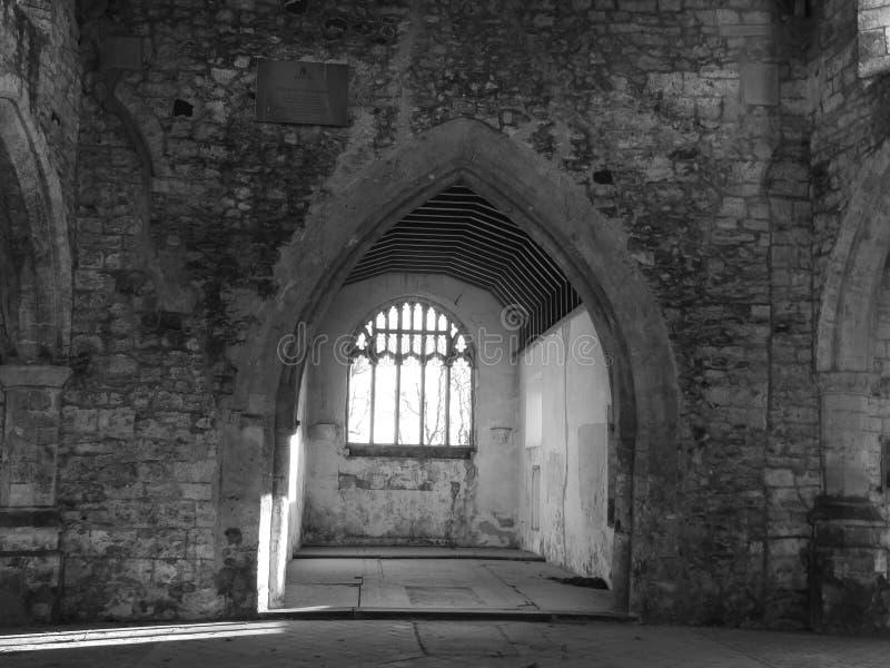 Interno rovinato della chiesa, in bianco e nero immagine stock