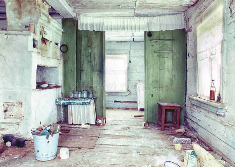 interno rovinoso della casa di campagna immagine stock