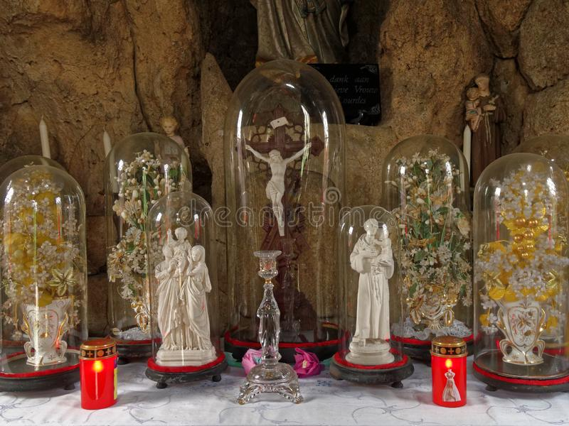 Interno rurale della cappella con le statue dei san fotografia stock