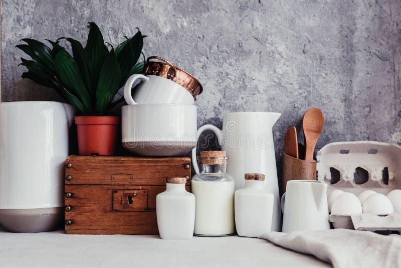 Interno rustico della cucina, utensili della cucina immagini stock
