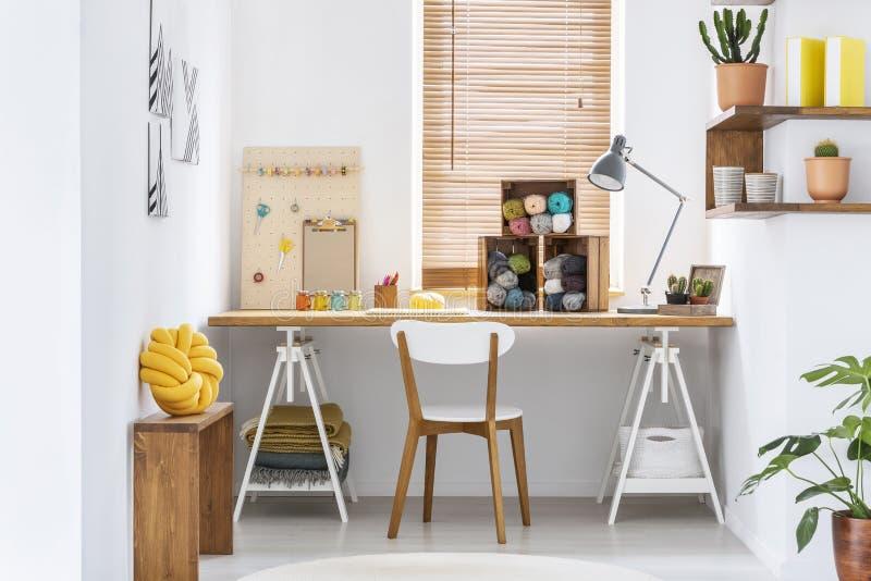 Interno scandinavo della stanza di hobby di stile con area di lavoro per tricottare, il cucito, lavorar all'uncinettoe e la proge fotografie stock