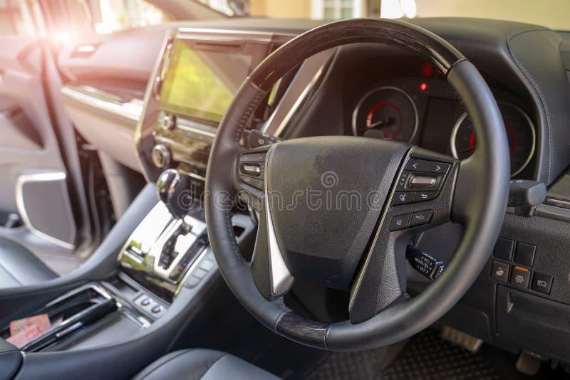 Interno scuro dell'automobile - volante, leva dello spostamento e cruscotto Lusso dell'interno dell'automobile immagine stock