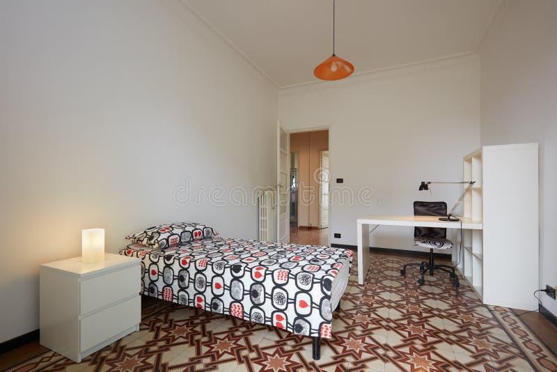 Interno semplice della camera da letto con letto singolo fotografia stock immagine di parete - Camera letto singolo ...