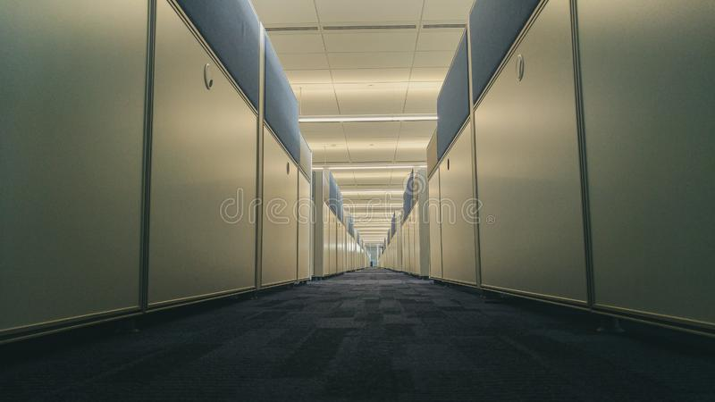 Interno simmetrico dell'ufficio con il corridoio lungo fotografia stock libera da diritti