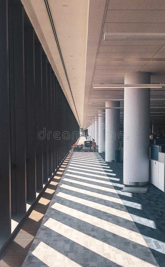 Interno simmetrico dell'ufficio con il corridoio lungo immagini stock libere da diritti