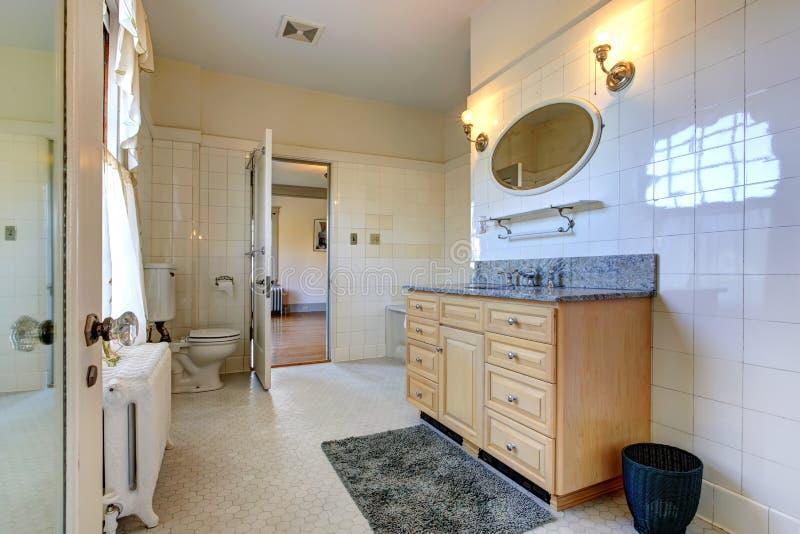 Interno spazioso del bagno con il gabinetto di vanità fotografie stock libere da diritti