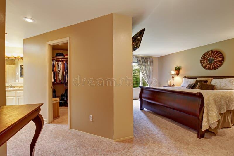 Interno spazioso della camera da letto con la passeggiata in gabinetto immagine stock