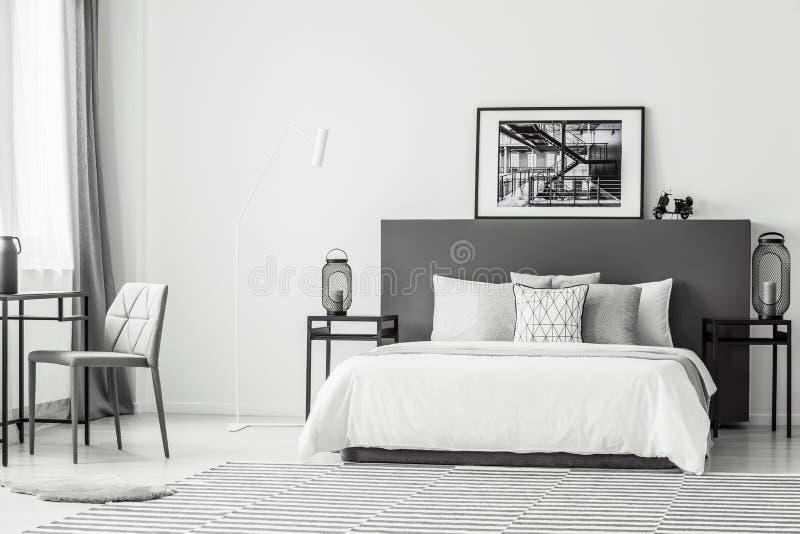 Interno spazioso della camera da letto di contrasto fotografia stock