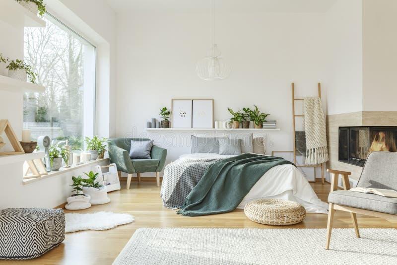 Interno spazioso e ammobiliato della camera da letto fotografia stock