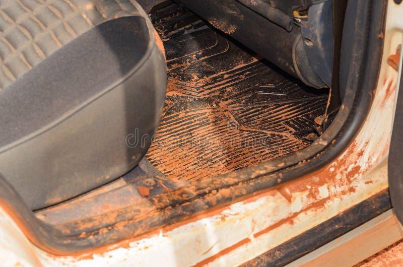 Interno sporco dell'automobile con la sabbia ed il fango dappertutto fotografie stock