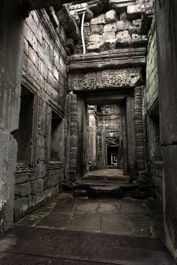 Interno stupefacente dentro la rovina del tempio immagine stock