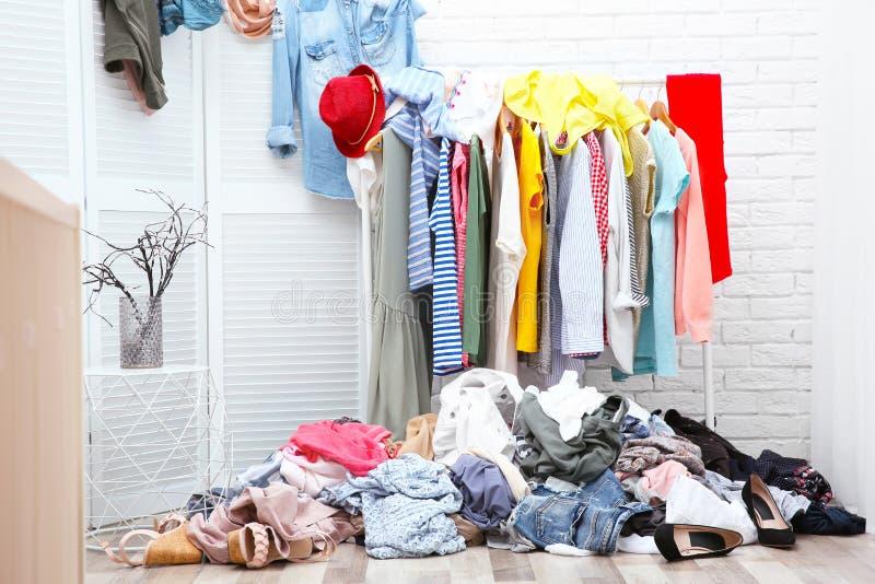 Interno sudicio dello spogliatoio con i vestiti immagini stock libere da diritti