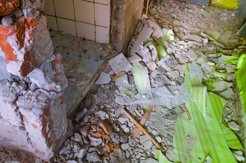 Interno sudicio di una casa nell'ambito di revisione e di ricostruzione fotografia stock libera da diritti