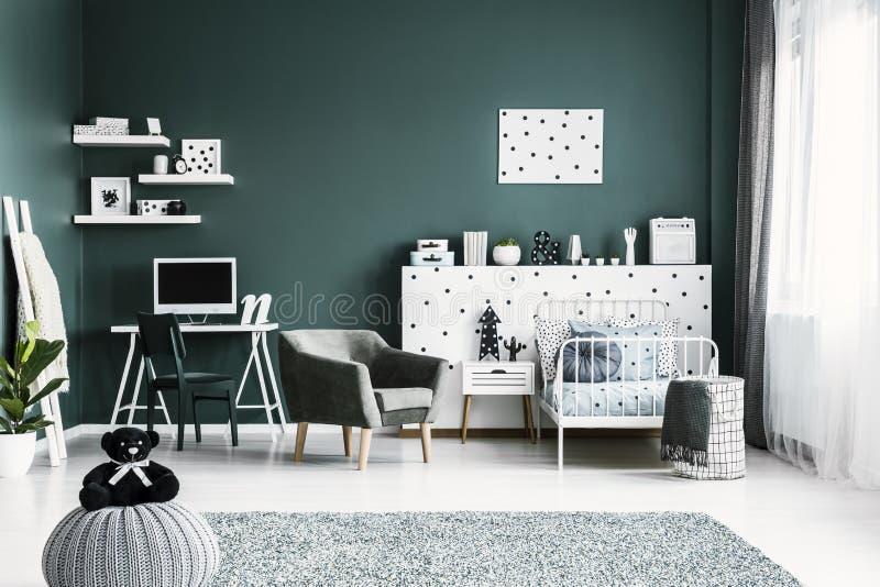 Interno verde moderno della stanza del ` s dell'adolescente fotografie stock