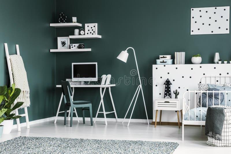 Interno verde scuro con uno scrittorio, sedia, computer della stanza dell'adolescente, immagine stock libera da diritti