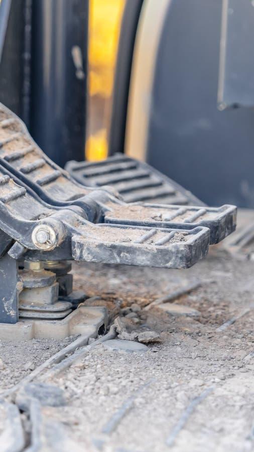 Interno verticale della struttura di un veicolo della costruzione con la fine su sui pedali e sul pavimento del piede fotografie stock