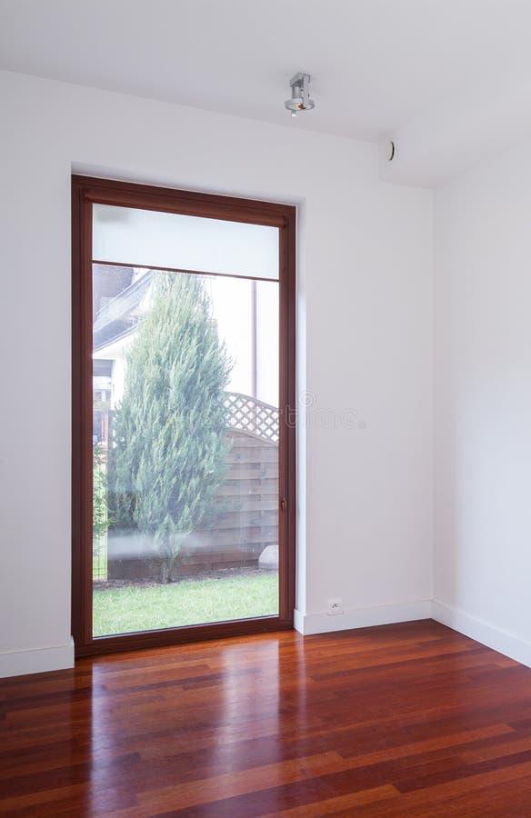 Interno vuoto con la grande finestra immagine stock