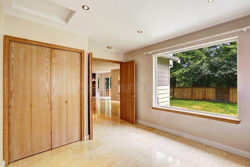 Interno vuoto della camera da letto con la grande pavimentazione in piastrelle del marmo e della - La finestra della camera da letto ...