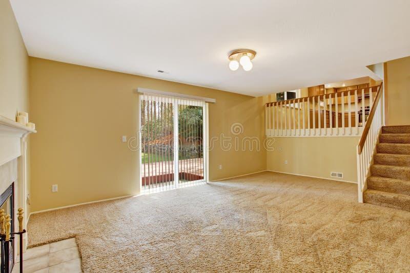 Interno vuoto della casa Salone con la piattaforma dell'uscire in segno di disapprovazione fotografia stock