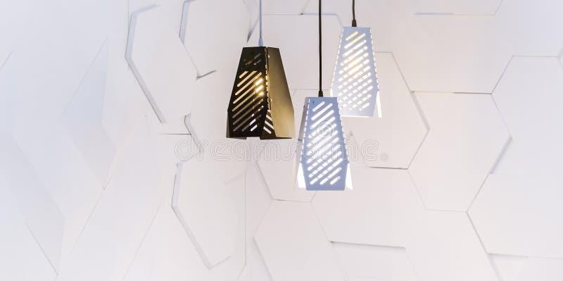 Interno vuoto della stanza con la parete bianca concreta, tre lampade moderne immagine stock