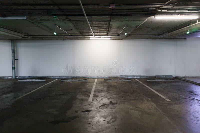 Interno vuoto dello spazio del parcheggio dell'automobile fotografia stock