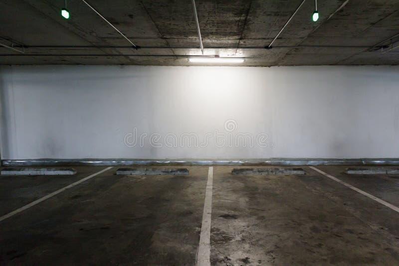 Interno vuoto dello spazio del parcheggio dell'automobile fotografia stock libera da diritti