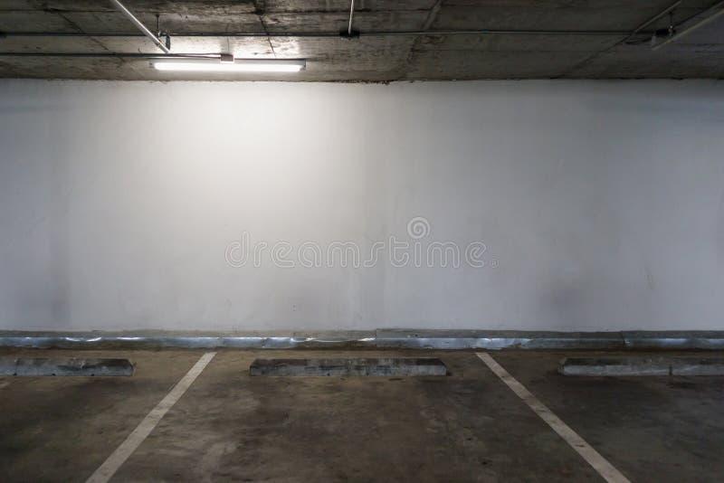 Interno vuoto dello spazio del parcheggio dell'automobile immagine stock libera da diritti