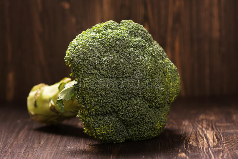 Intero cavolo crudo fresco dei broccoli fotografia stock libera da diritti