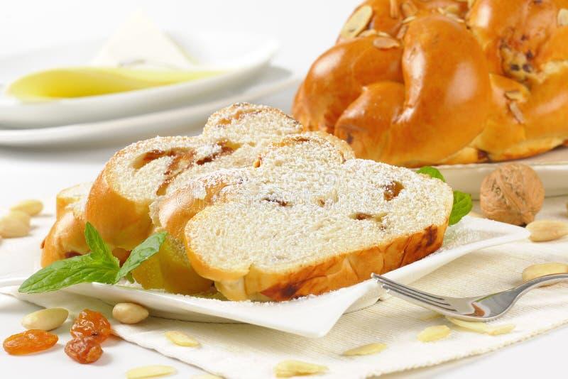 Intero e pane intrecciato dolce affettato fotografia stock libera da diritti