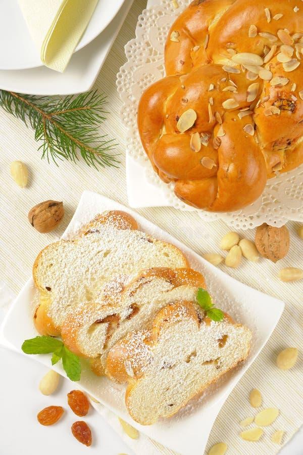 Intero e pane intrecciato dolce affettato immagine stock
