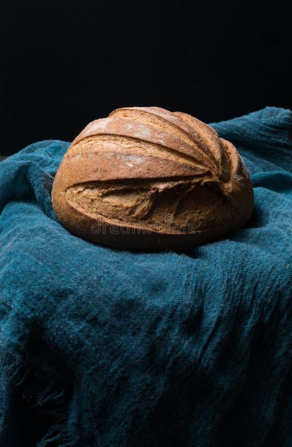 intero pane casalingo fresco sui precedenti neri fotografia stock libera da diritti